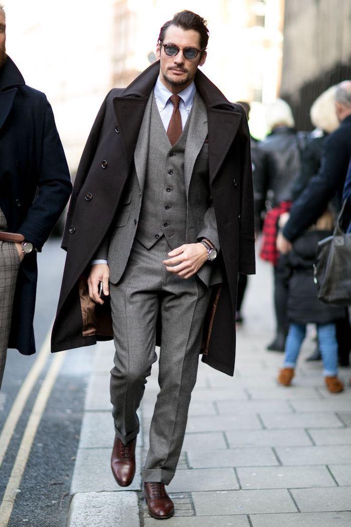 Manteau long noir, costume gris trois pièces, chemise bleu claire, cravate brune, comment bien s'habiller classe, tenue homme chic casual