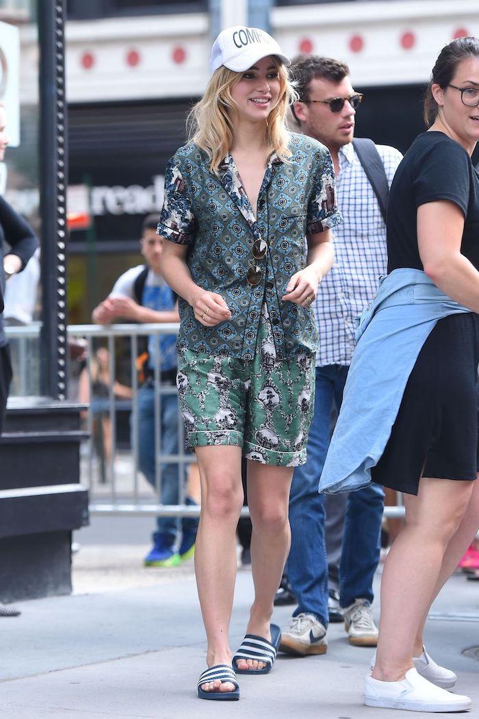 Claquettes adidas tendance, tenue vintage femme, style vestimentaire année 90 image femme