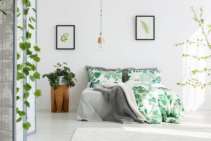 Belle chambre simplement décoré avec murs blanches et accents vertes, plante verte lierre tombante sur le mur, chambre boheme chic, plante d'intérieur verte deco exotique
