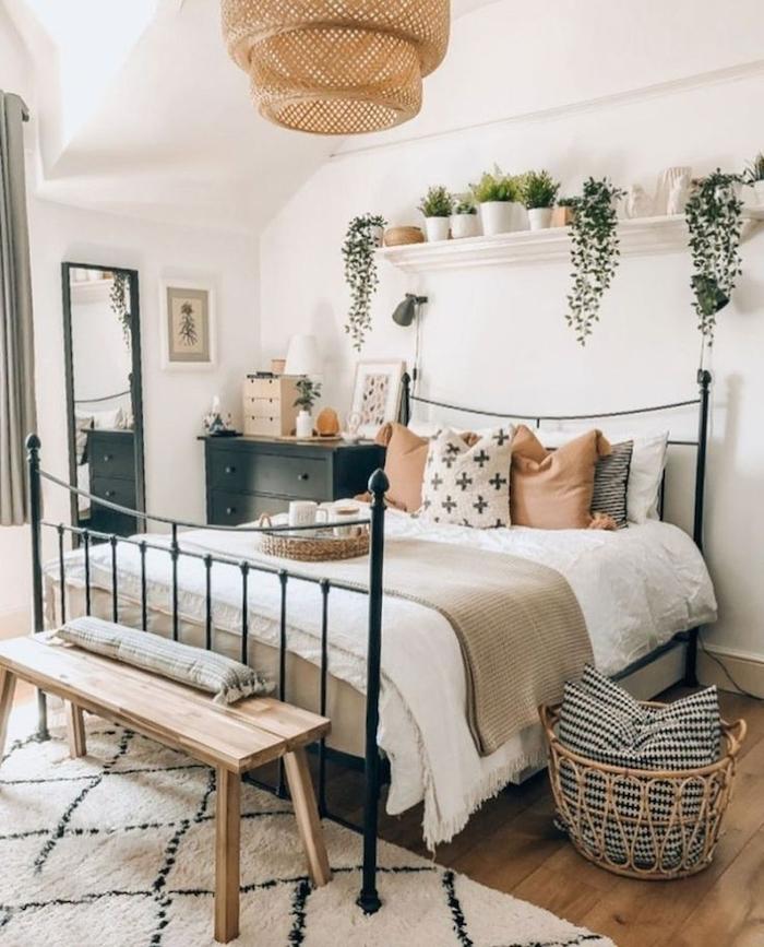 Lustre rotin, lit en ver tapis blanc à diamants, plante verte intérieur, arrosage plante d'appartement déco 2020