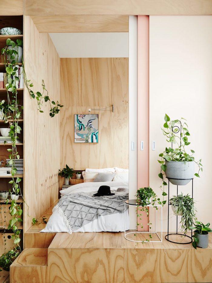 Bois escaliers qui donnent à la pièce à coucher, loft avec coins séparés, plantes dépolluantes, plante d'appartement moderne