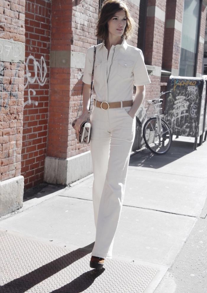 vision chic femme en combinaison blanche avec ceinture marron et chaussures à plateformes de style année 70