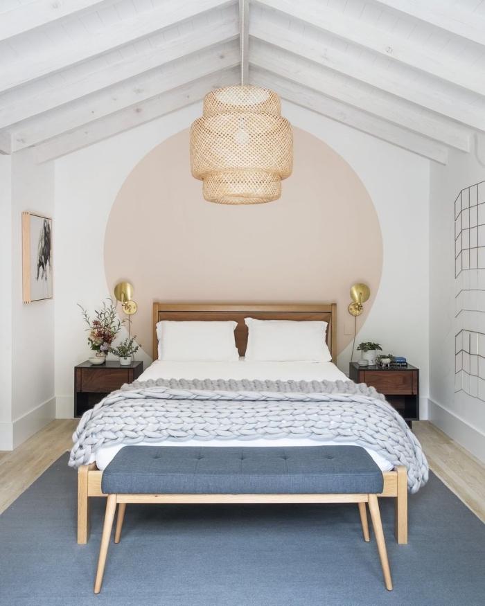 idée peinture chambre à coucher sous pente aux murs blancs avec décoration murale sous forme de cercle en peinture beige