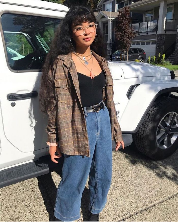 Jean évasé taille haute mode année 90 et les tendances aujourd'hui, accessories années 90