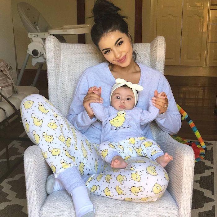 Pyjama mere fille tenue assortie bleu claire à motif de poussins adorables, photos parfaitement harmonieuses