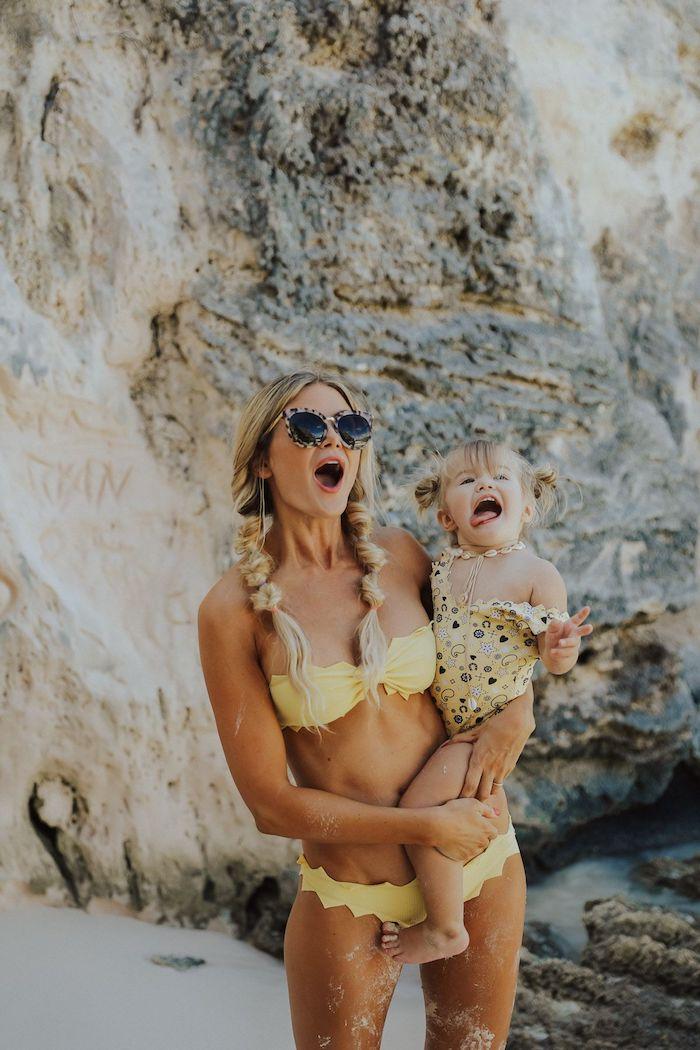 Mère et fille en maillots de bain coordonnées jaunes, adorable photo femme coiffure tresses originaux et fille blonde en deux chignons