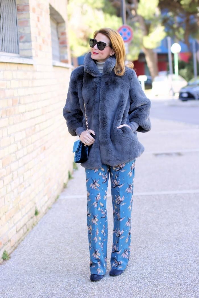 comment bien s'habiller femme de style rétro chic, tenue en pantalon bleu porté avec pull à col roulé blanc et manteau gris