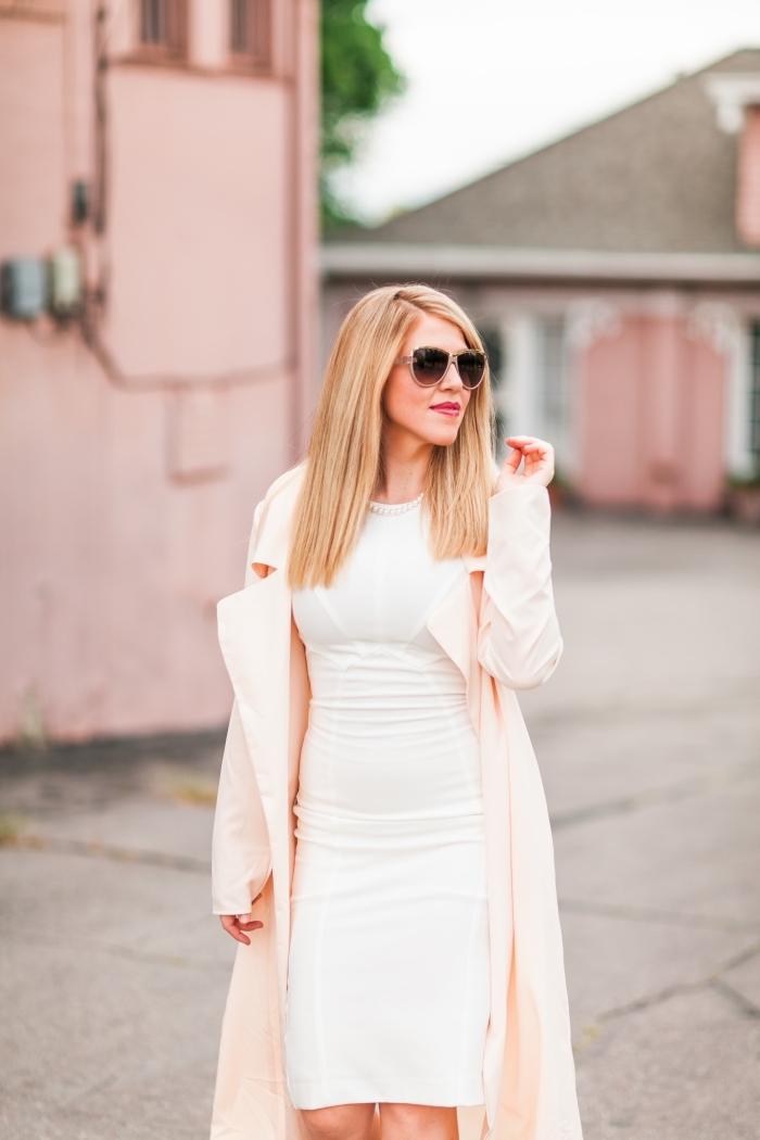 robe de soirée blanche élégante, tenue femme chic en robe mi-longue en blanc avec manteau rose et lunettes