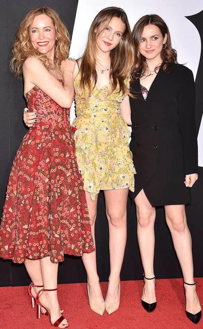 Leslie mann et ses filles en tenues associée de meme style en differents couleurs, robe mere fille assortie, inspiration tenue mere fille anniversaire
