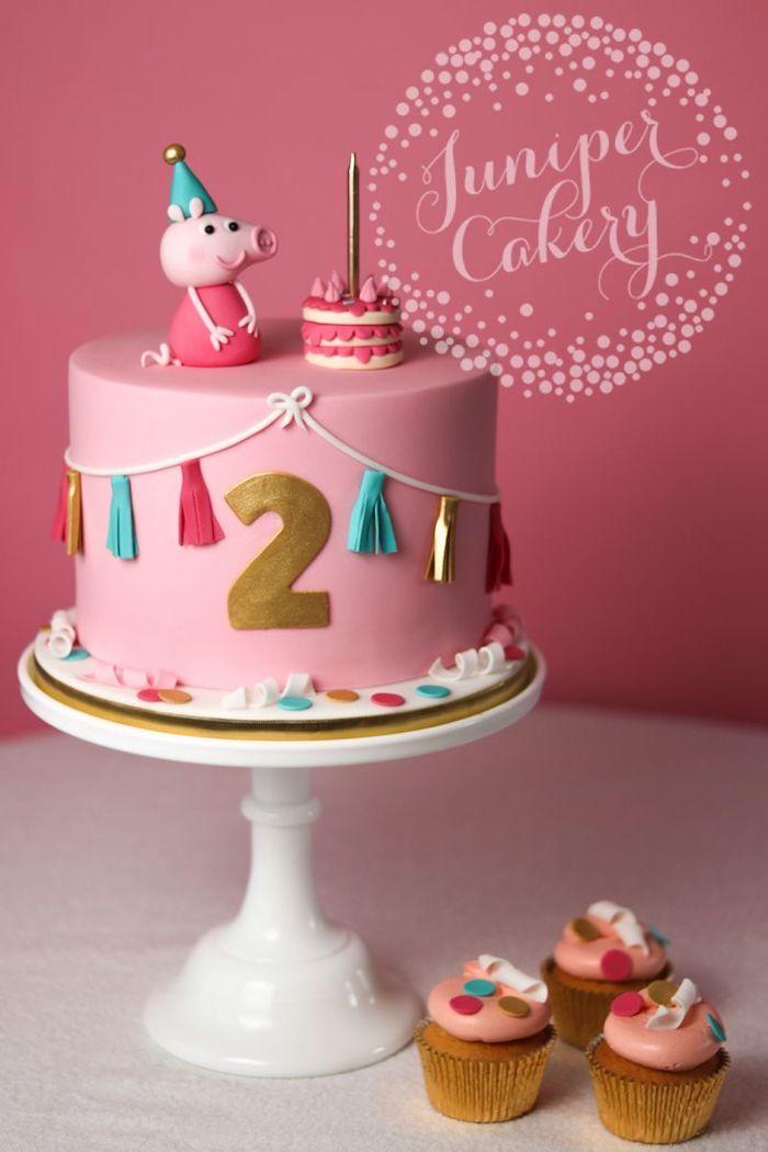 Rose pate a sucre, chiffre doré, figurine peppa avec miniature gateau sur le gateau d'anniversaire 2 ans, gateau anniversaire fille qui aime peppa