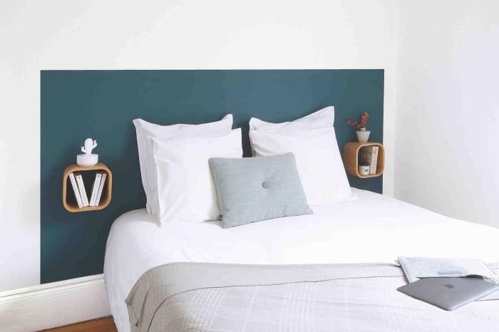 comment faire une tete de lit facile avec peinture murale de couleur tendance 2020, déco de chambre en blanc avec accents gris