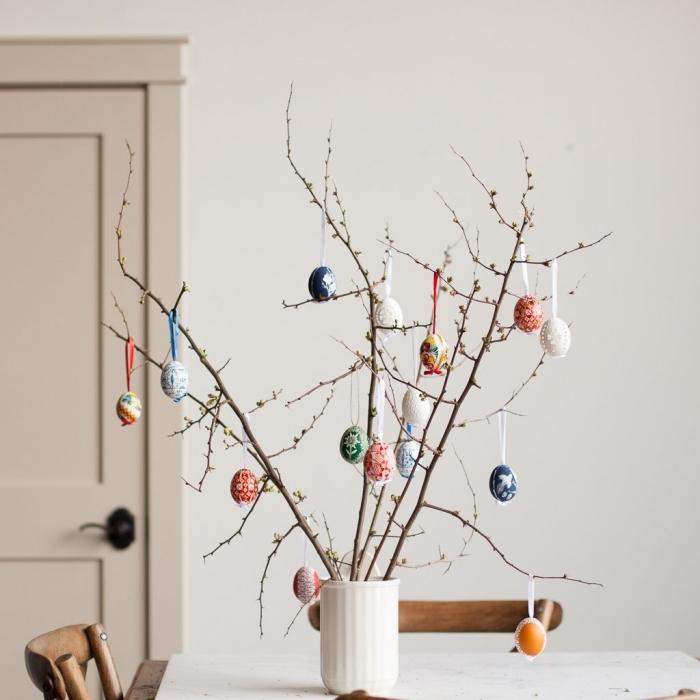 modèle arbre original pour la fête des Pâques fait maison, idée activité manuelle paques facile et rapide avec bouquet de branches