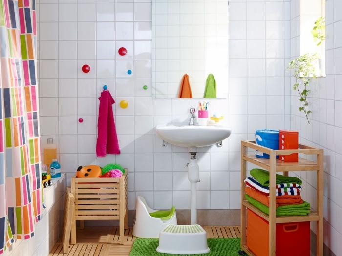 salle de bain blanche et bois, comment décorer une salle d'eau blanche avec accessoires colorés et meubles bois