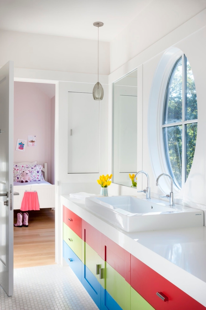 aménagement petite salle de bain blanche avec meubles colorés, design salle d'eau pour la chambre d'enfant
