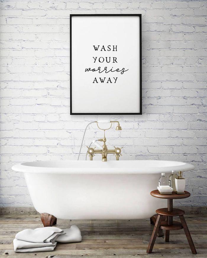 Baignoire ovale robinet vintage doré et blanc, mur en briques peinture blanche, tableau original
