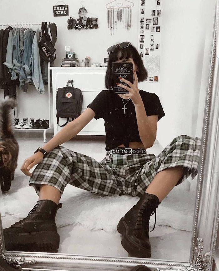 Selfie photo de femme top noir court et pantalon carré avec bottines vetement année 90, look années 90 pour soirée inspiration