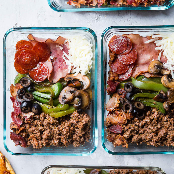 régime cétogène menu, idée de repas de midi ou de soir avec viande hachée, champignons, filet, larde, saucisse, fromage et lanières de poivron vert