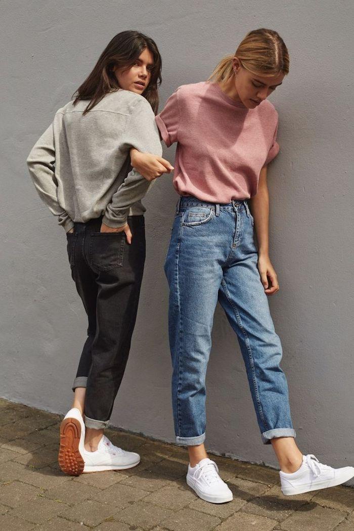 Deux amies qui ont adopté les éléments de l'habit à la decade 90, chaussure année 90, thème rétro soirée vetement année 90