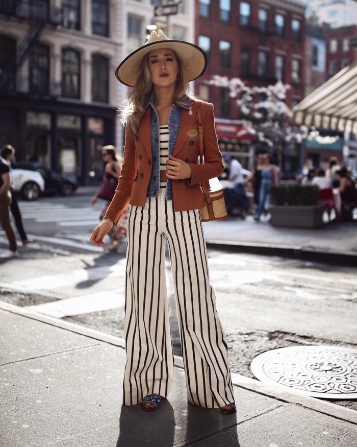 idée de tenue hippie chic moderne avec pantalon évasé et crop top à design rayures blanc et noir combinés avec blazer marron
