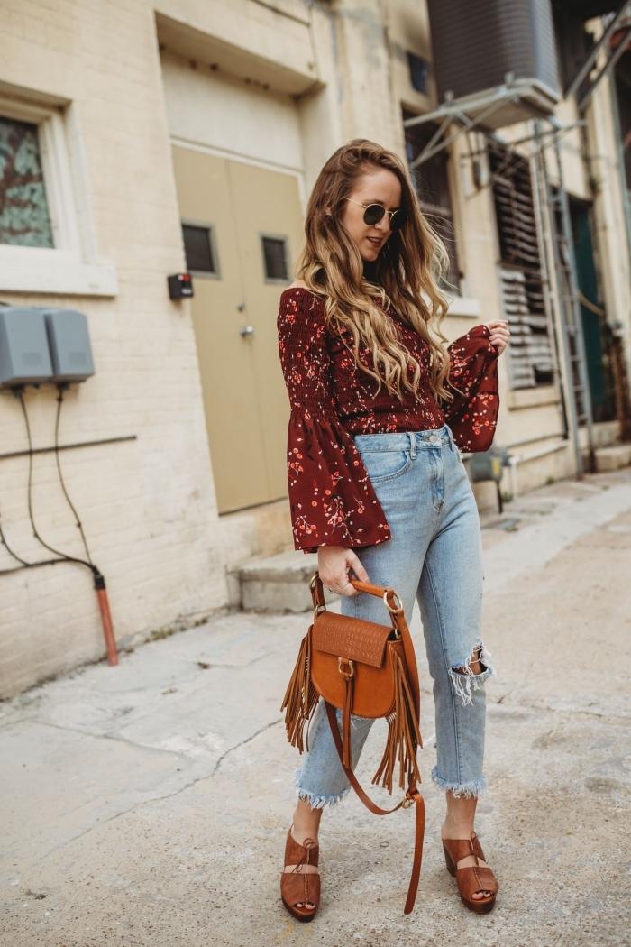 idée de déguisement hippie femme, tenue en jeans déchirés et blouse à motifs folkloriques avec sandales hautes
