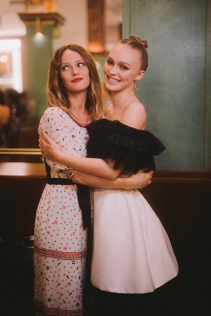 Vanessa Paradis et Lilly Rose Depp belles femmes mère et fille qui ont du style, coordonnées tenues robe rose pale avec accents noirs