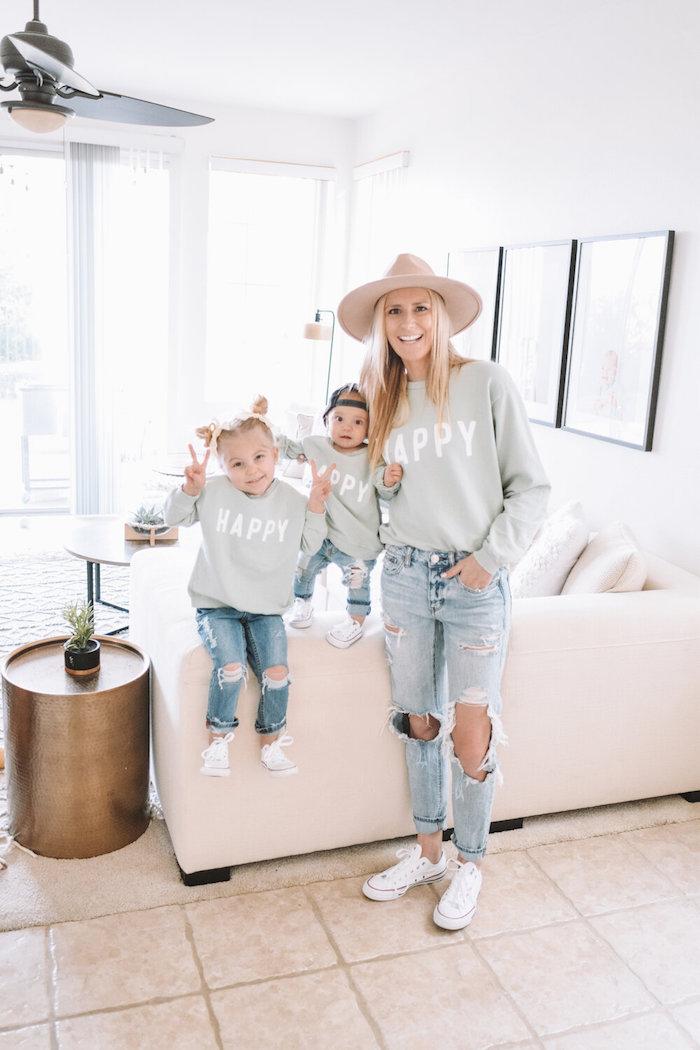 Heureuse blouson avec écriteau tenue chic femme et deux enfants, idée tenue mere fille style décontracté pour bien s'amuser en famille