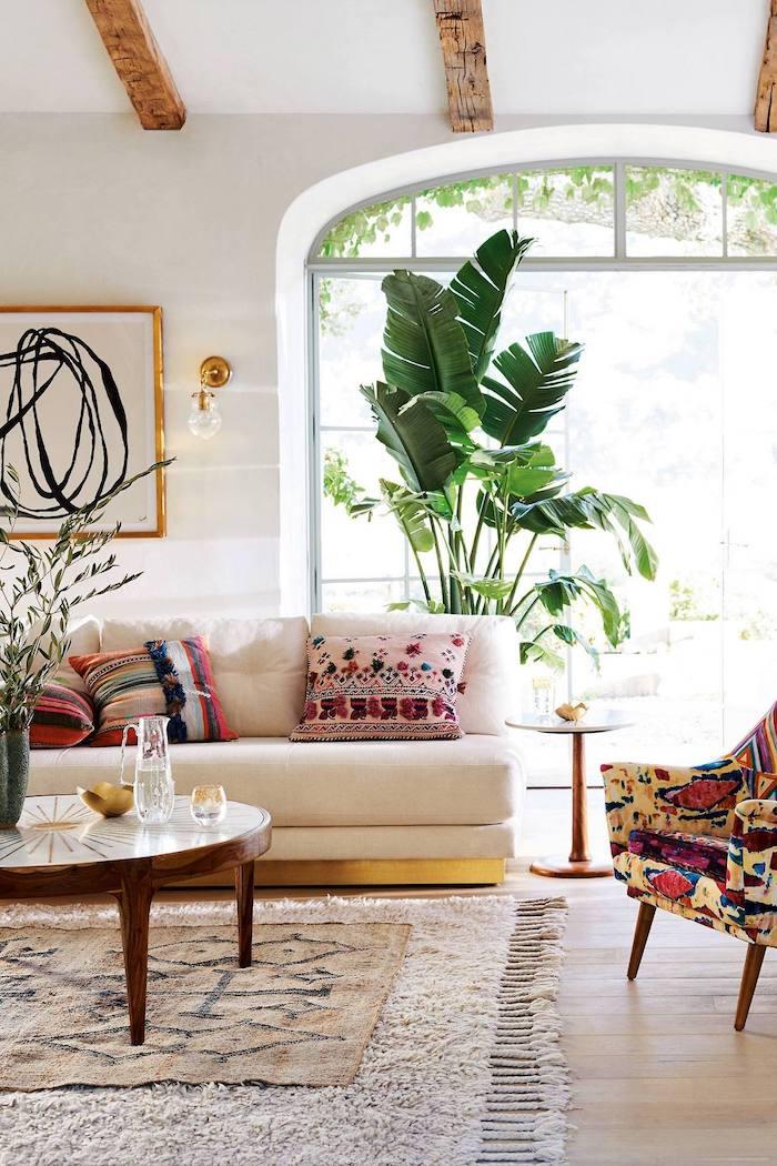 Grande plante verte haute dans un enorme pot blanc ceramique, tapis salon, plante interieur dépolluante, plante dans une chambre bien décorée