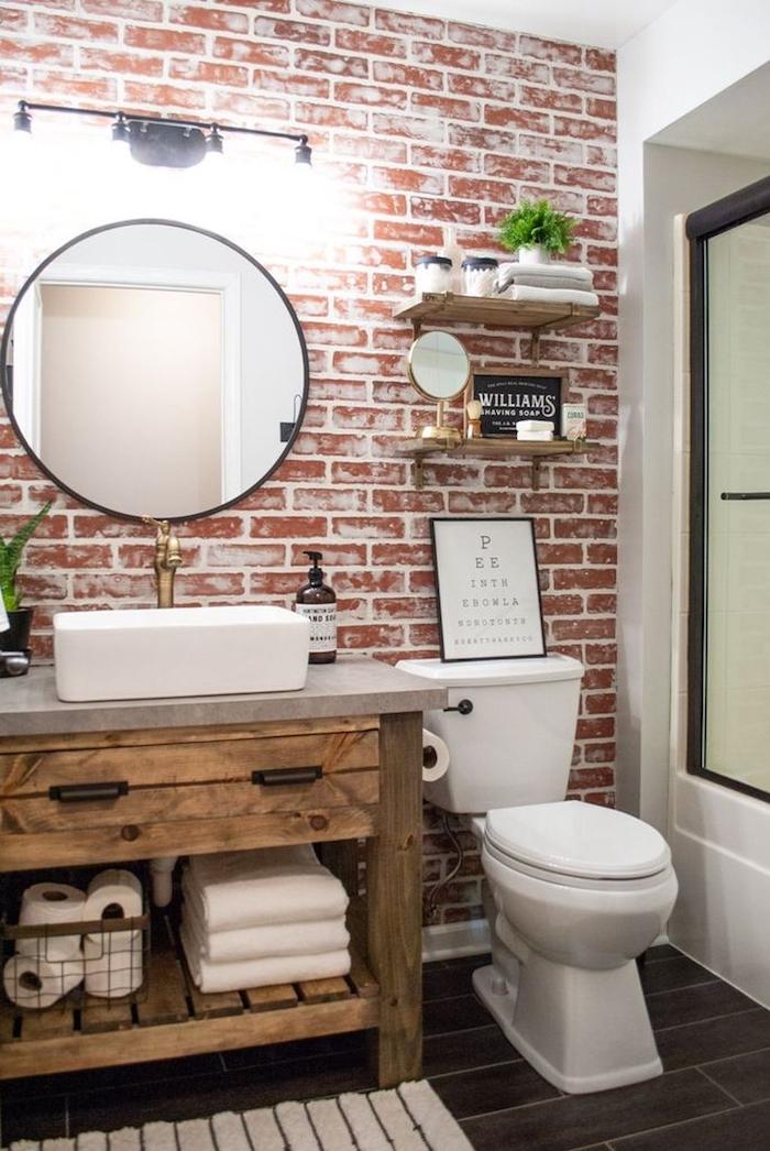Mur briques dessiné, étagères bois pour ranger et decorer, idee salle de bain, design moderne pour la salle de bains stylée