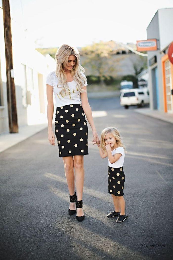 T-shirt blanche avec écriteau doré et jupe mi longue à pois, tenue complete mère fille qui se ressemblent, comment s'habiller pour anniversaire 2 an