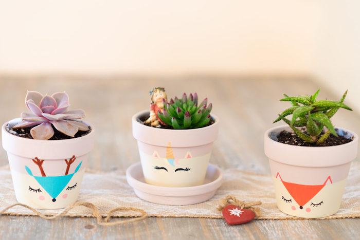 motif renard, biche et licorne dessinés sur l exterieur d un pot de fleur avec succulents, pot de fleur dessin simple