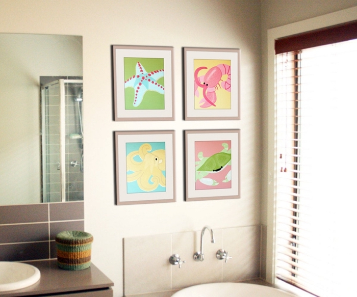 aménagement petite salle de bain en couleurs neutres avec accents colorés, décoration murale avec cadres photos