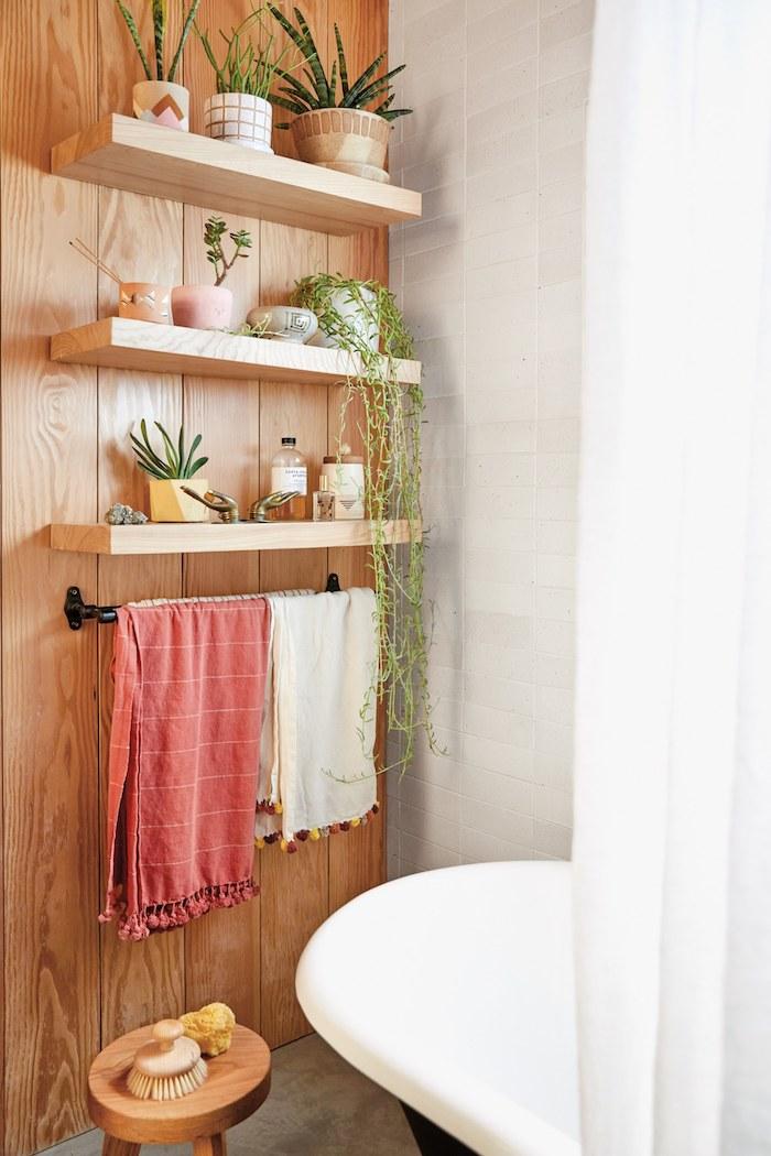 Bois mur avec étagères, idée simple déco pour la salle de bain, modele de salle de bain deco mur