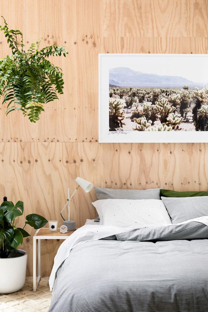 Mur bois décoré d'une peinture du désetplante d'intérieur haute, plante dans une chambre bohème déco