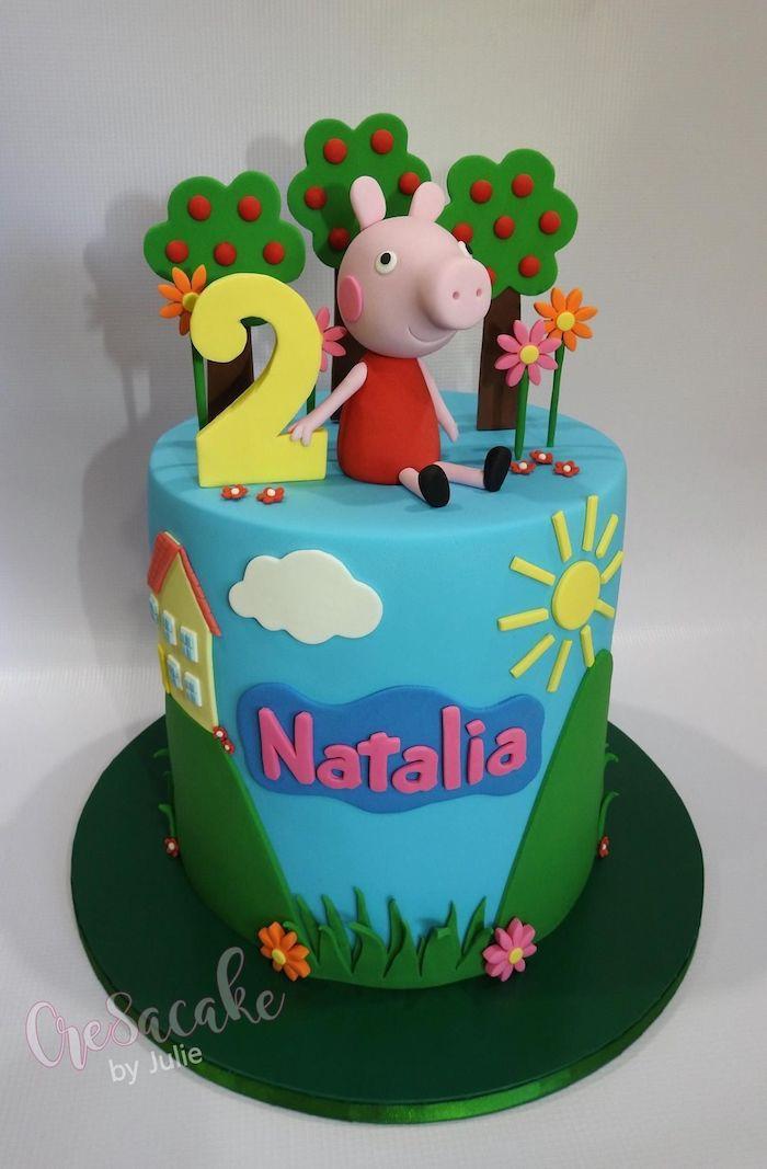 Fille 2 ans anniversaire gâteau peppa pig, idée deco gateau peppa pig gourmand, dessin de peleuse et arbres en pate