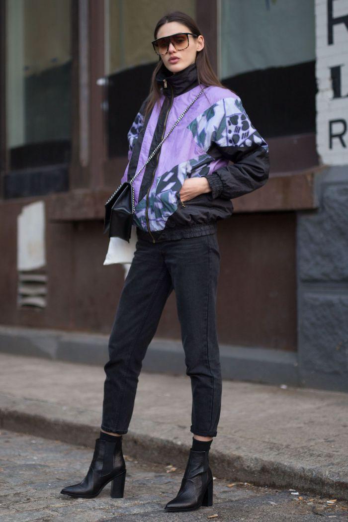 Veste pastel violet et noir pantalon et bottines à talon, look années 90 pour soirée, mode année 90 avoir de la swag