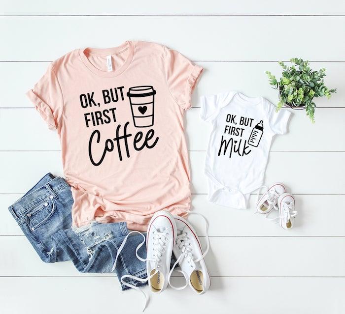 T-shirt rose avec écriteau amusant ok mais premièrement le café et blanc combinaison bébé qui dit ok mais premièrement le lait, idée de tenue de jour été comment s'habiller