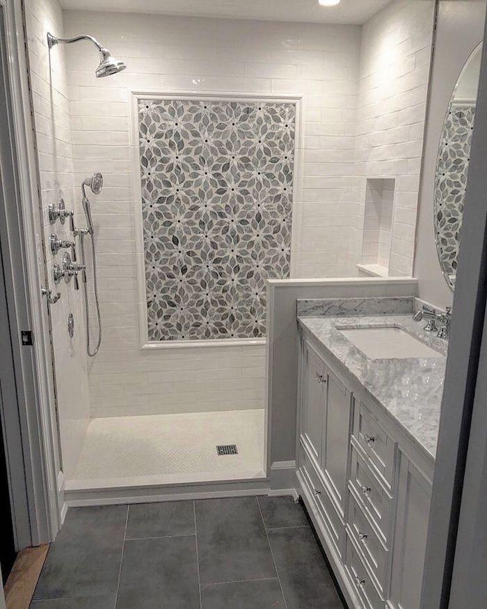 Mur décoré de pierres polis à la forme de fleur, salle de bain gris et blanc marbre sur le dessus de lavabo, douche italienne