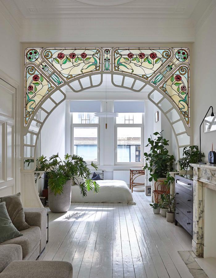 Arc en verre décoré de roses peintes, idée plante grande intérieur, inspiration plantes vertes dans loft