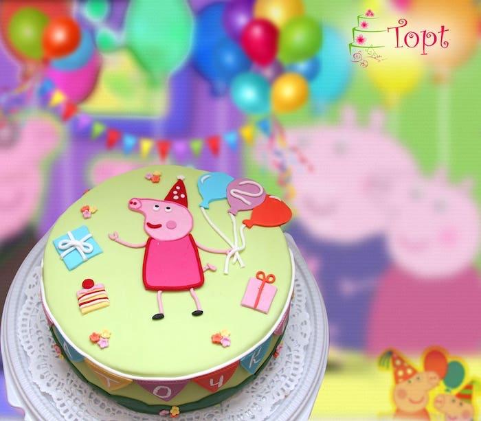 Un gâteau vert avec peppa en pâte à sucre rose, cool dessin sur gateau anniversaire peppa pig, gateau anniversaire enfant