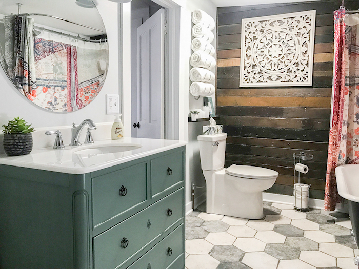 Meuble lavabo vintage, mur en bois et mur peinte en blanc, idee salle de bain moderne, décoration murale salle de bain moderne