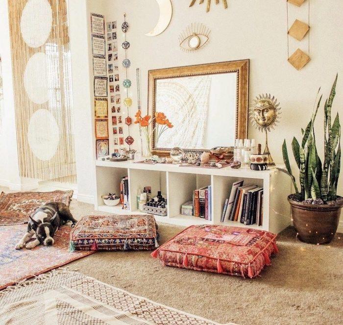 Coussins orientales, deco jungle, plantes dépolluantes, idée plante d'intérieur haute chien adorable, plante verte dans un grand pot