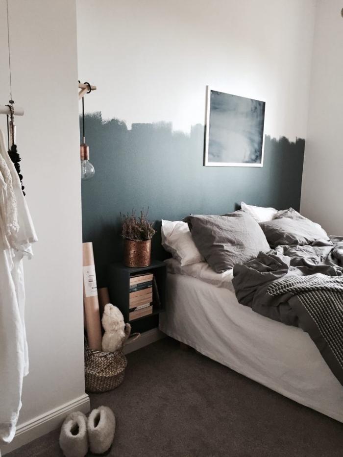 modèle de tete de lit moderne réalisée en peinture vert de gris, décoration pièce minimaliste en blanc et gris