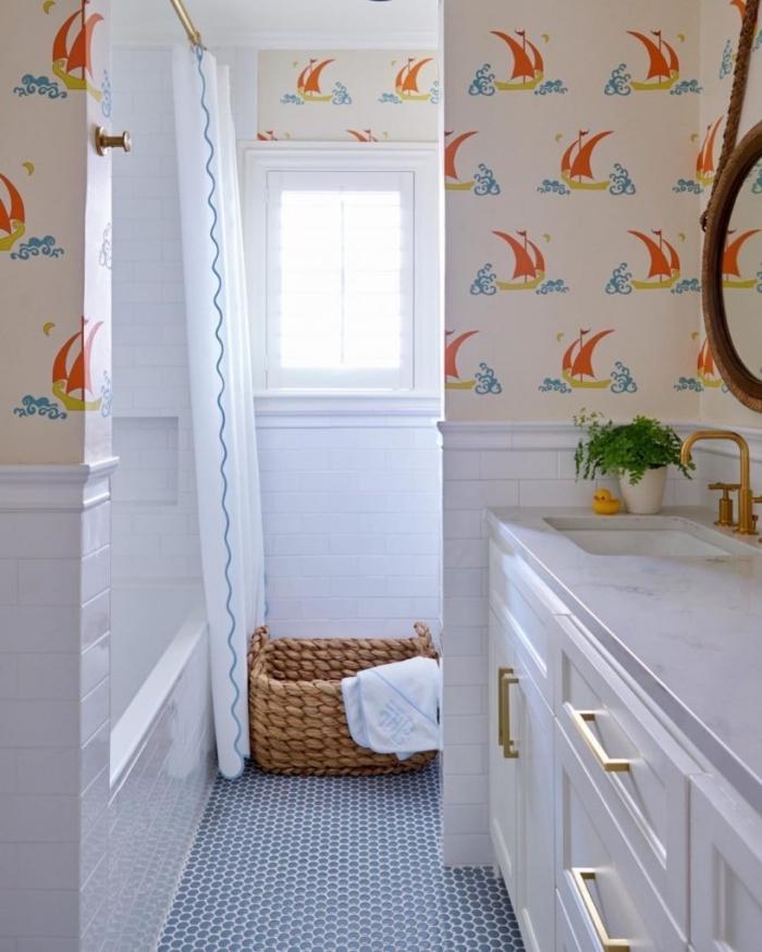 amenagement salle de bain avec baignoire, déco salle d'eau blanche avec déco murale en papier peint enfant