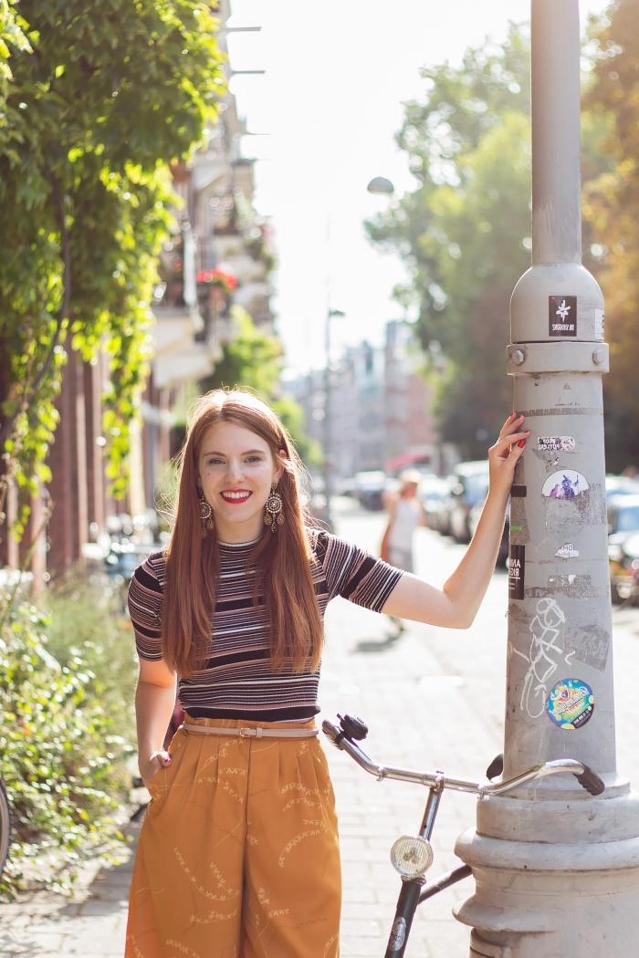 idée de déguisement année 70 facile pour femme chic, tenue en pantalon évasé taille haute et pull à manches courtes