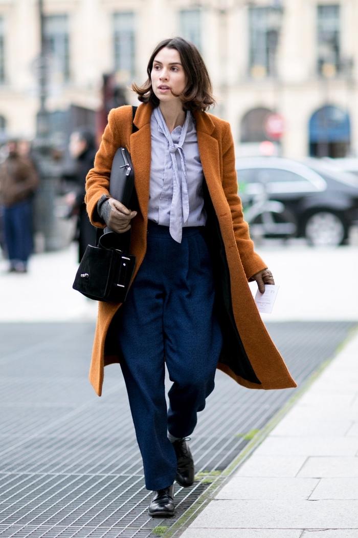 vision années 70 mode femme, tenue en pantalon évasé à taille haute de couleur bleu marine combiné avec chemise