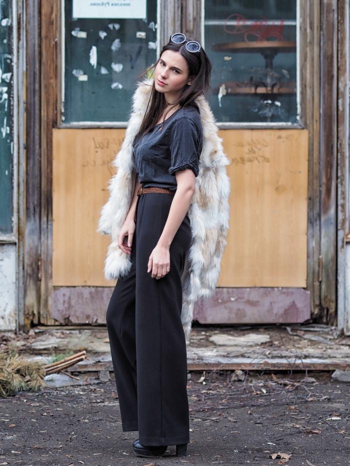 comment bien s'habiller femme chic de style rétro, idée de look année 70 en pantalon taille haute et t-shirt avec manteau fourrure
