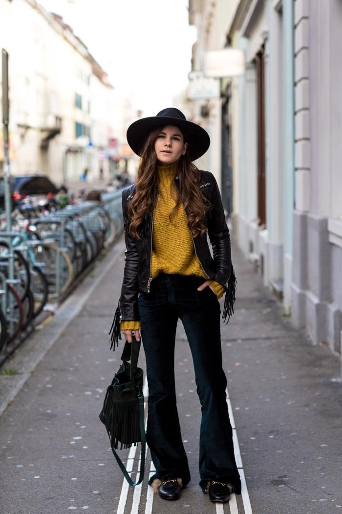 exemple de tenue hippie chic moderne en pantalon évasé noir combiné avec pull jaune et veste en simili cuir noir