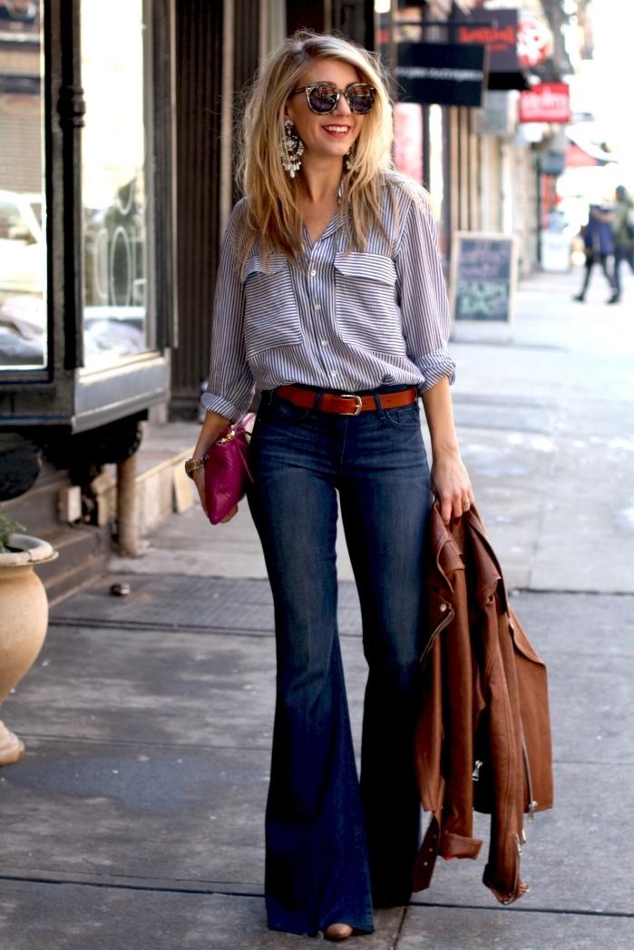 exemple de tenue vintage femme en jeans évasés et chemise boutonnée combinés avec veste marron et boucles d'oreilles pendantes