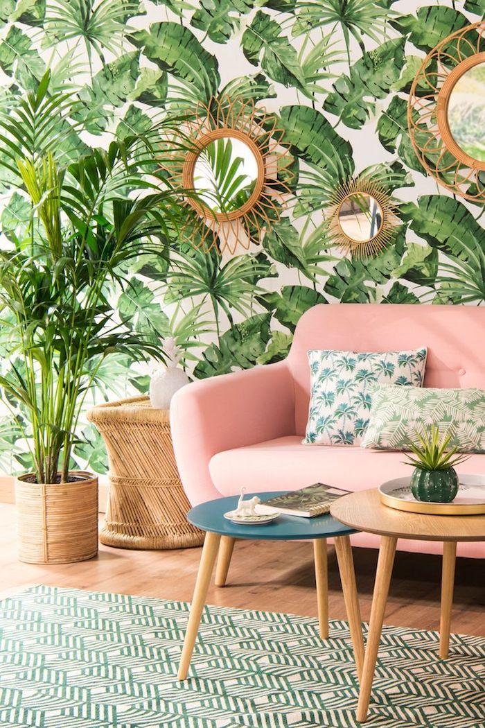 Chambre bohème chic deco exotique et papier peinte palmes, plante interieur dépolluante, canapé rose avec coussins blanc et vert avec palmiers