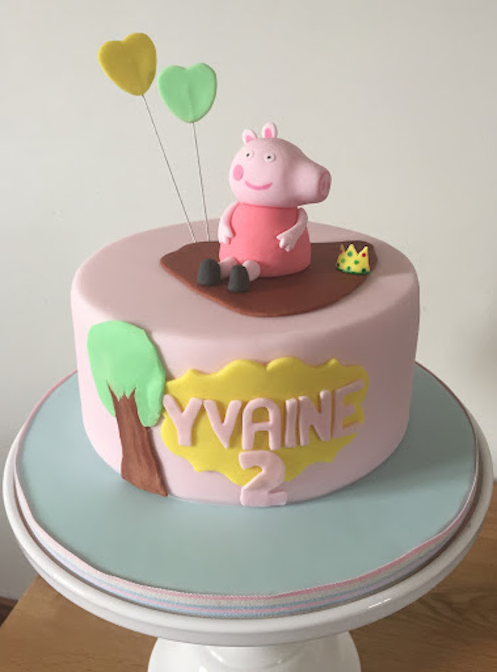 Ballons coeurs en pate a sucre figurine cochon peppa en robe rose foncé, gateau anniversaire enfant, gateau anniversaire peppa pig,